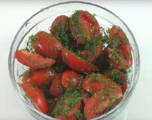 Нарезаем острые помидоры.