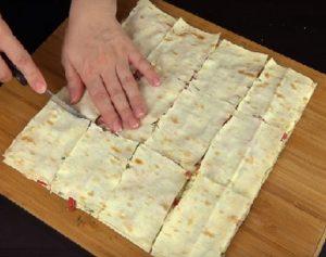 Нарезаем слоеную закуску из лаваша