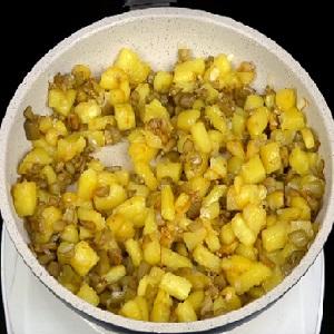 Готовая картошка с баклажанами
