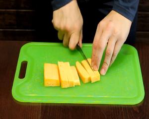 Нарезаем сыр для круассанов.