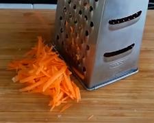 натираем морковь для тефтелей