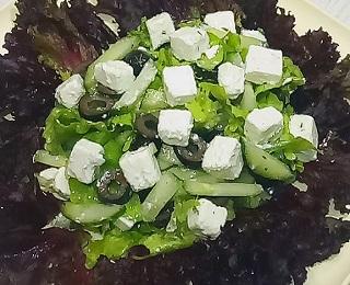 Салат из маслин и огурцов