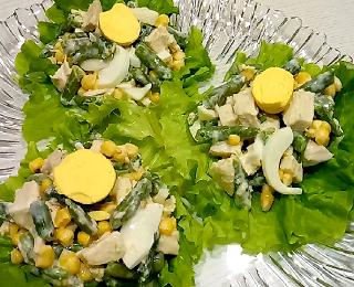 Салат с курицей и фасолью.