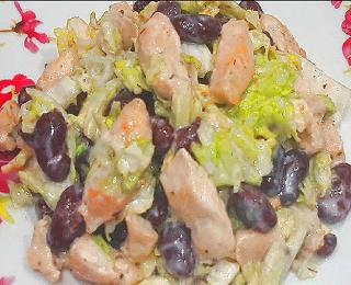 Салат с куриным филе и фасолью
